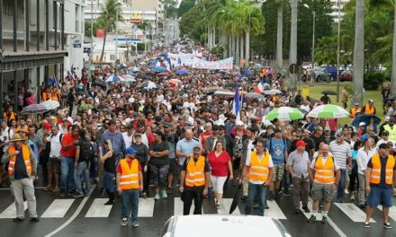 Large demonstration against blockades in Nouméa